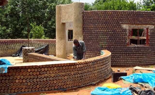 Häuser aus Plastikflaschen Nigerianer feuerfeste kugelsichere und umweltfreundliche aus Flaschen und Schlamm wachaufmenschheit Wach Auf
