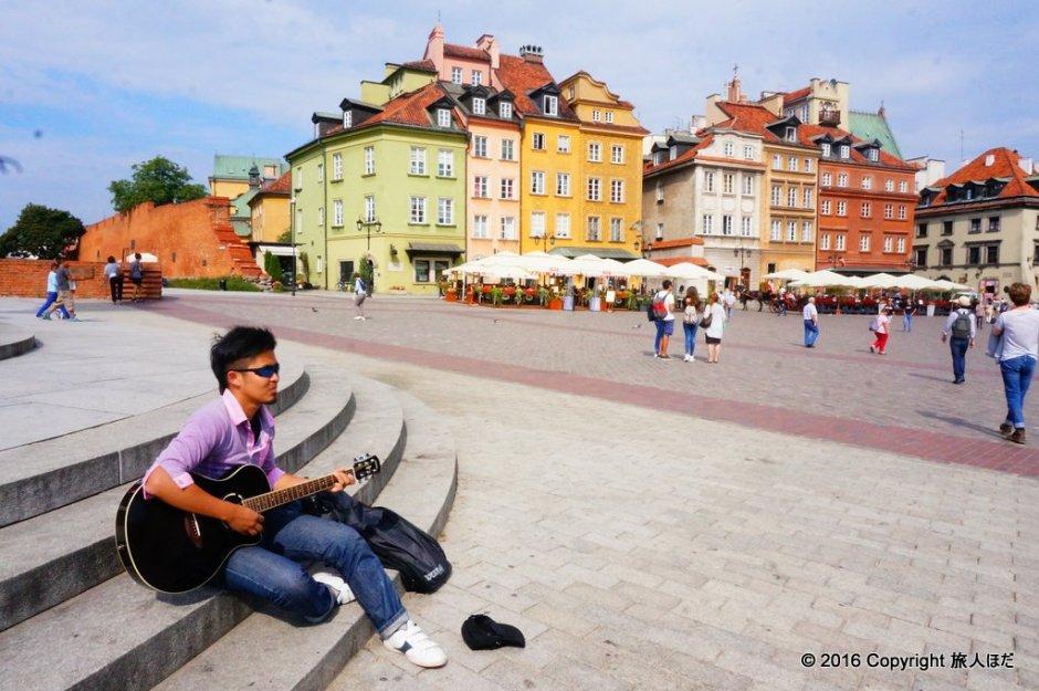 ワルシャワ旧市街でギター