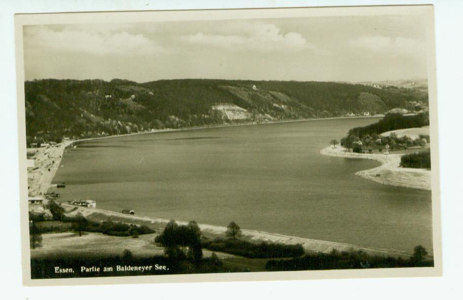 Der Baldeneysee, klar; aber warum ist das Ufer dermaßen leer; und besteht der Knick heute noch? Man würde sagen: Kurz nach dem Bau 1933; aber die Postkartte wrd etwas jünger.