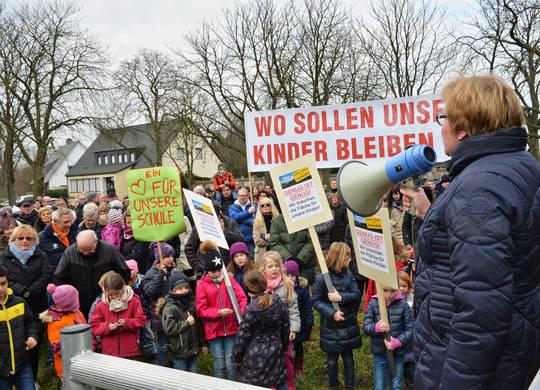 Ratsfrau Martina Schürmann betonte, dass die Wiese dringend für die Belange der Heidhauser Bevölkerung gebraucht wird. Aufn.: Wetzel
