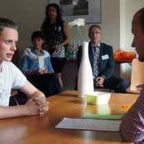Jan-Pierre ( l.) übt beim Sommercamp ein Bewerbungsgespräch mit dem Trainer Kevin Taeger.