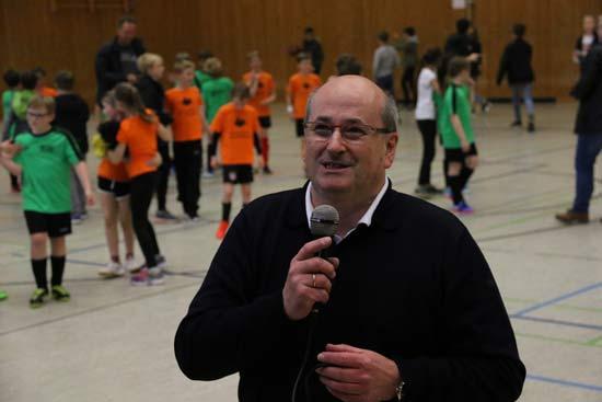 Organisator Dr. Albrecht; Fußballturnier der Werdener Grundschulen.
