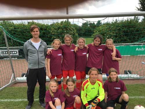 Die Mädchenmannschaft des Gymnasiums Werden mit Sportlehrer Niklas Bonnekessel.