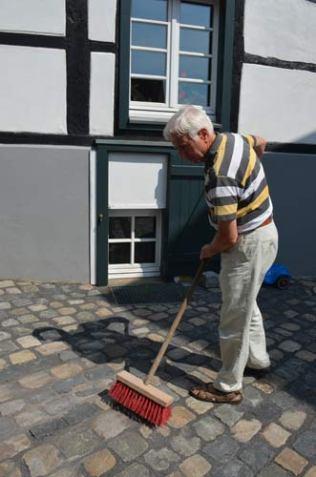 Ulf Betzel hofft auf eine nachhaltige Lösung auf der schrägen Auffahrt zum Kapellenhof.