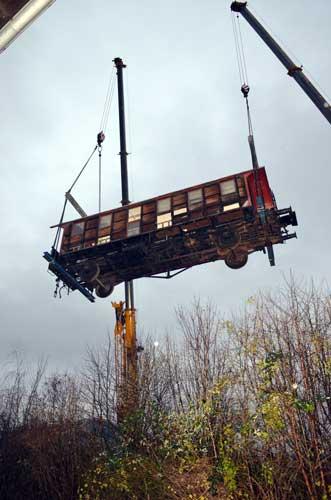 Ein Wagon der Hespertalbahn wird abtransportiert.