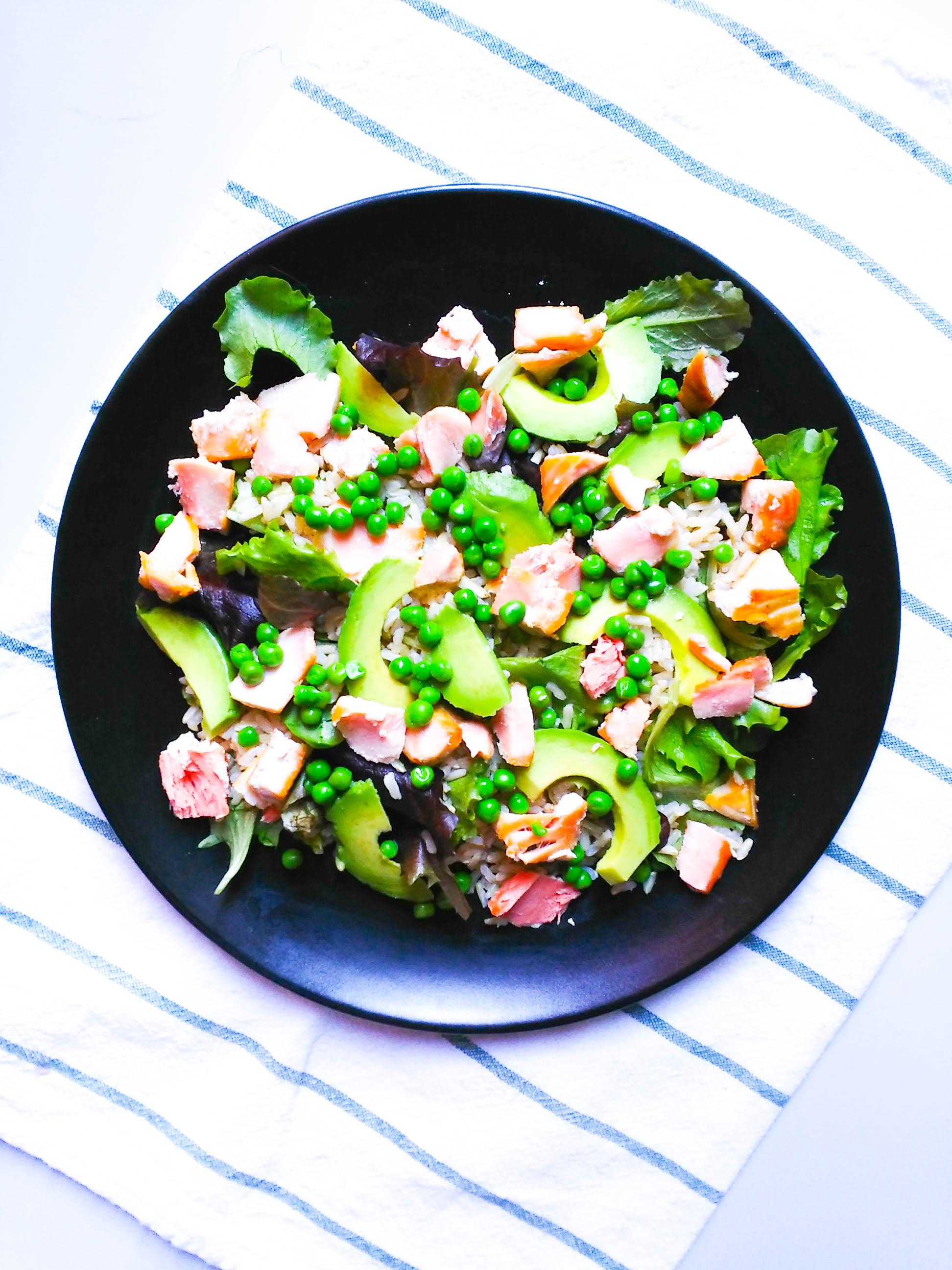 Salade de riz complet au saumon, avocat et aux petits pois