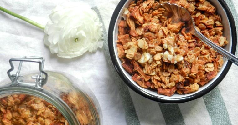 Granola aux pommes, noisettes caramélisées et épices