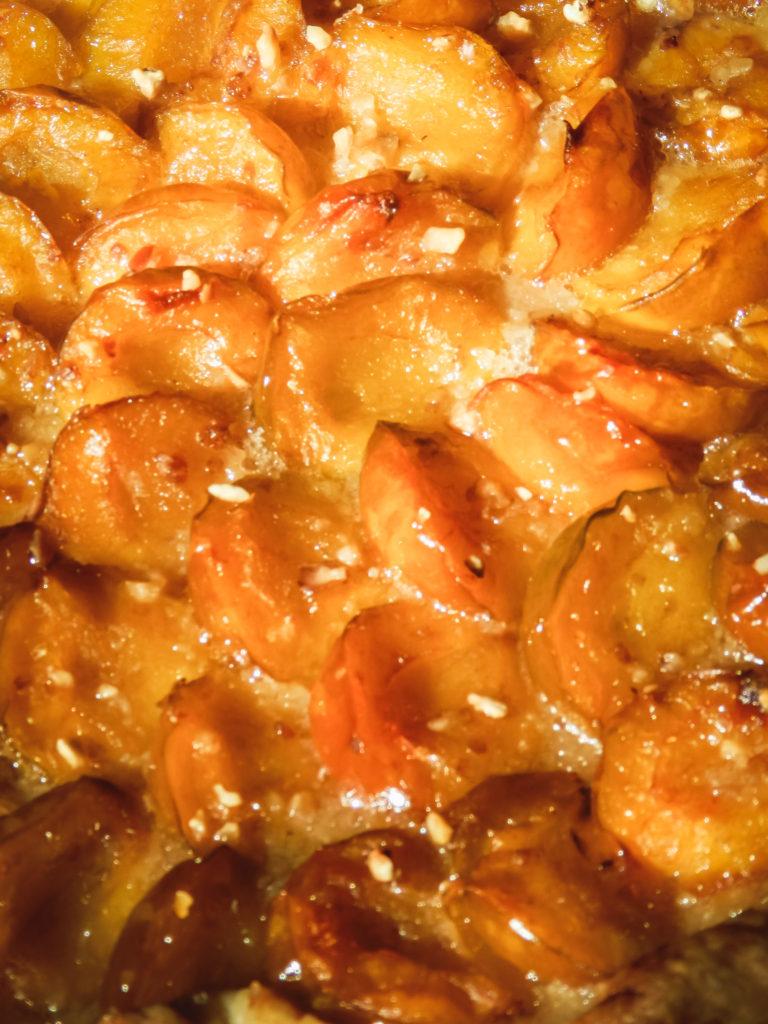 Tarte rustique aux mirabelles, noisettes et pralin