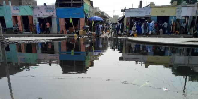مياه الأمطار تواصل إعاقة حركة المارة بأسواق نواكشوط (صورة)