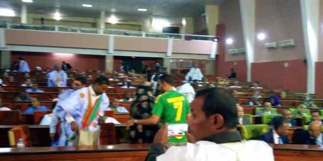 واد الناقة اليوم يرصد مشجعا رياضيا داخل البرلمان (صورة)