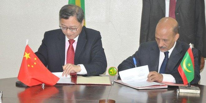 وزير المياه يوقع على تسلم شبكة الصرف الصحي