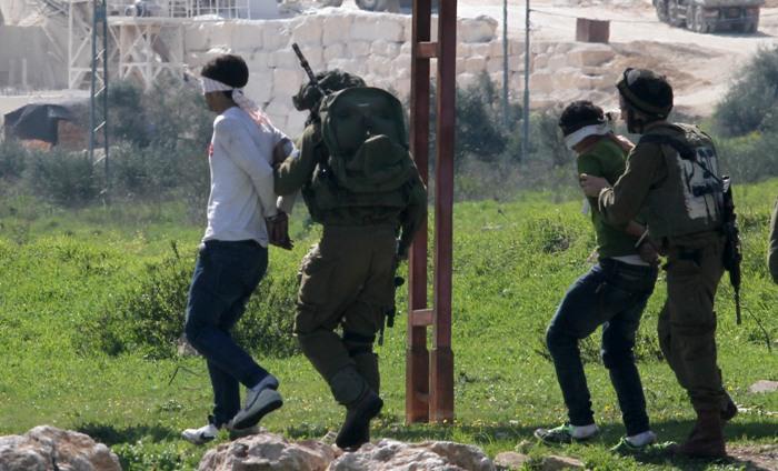 الاحتلال يعتقل خمسة مواطنين من بلدة دير الغصون شمال طولكرم بينهم مصاب