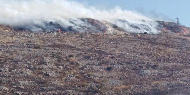 حريق نفايات في ميس الجبل يصيب رجال إطفاء بأعراض تسمم