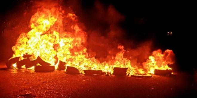 مجموعات شبابية أقفلت اوتوستراد حبوش احتجاجا على الاوضاع الاقتصادية