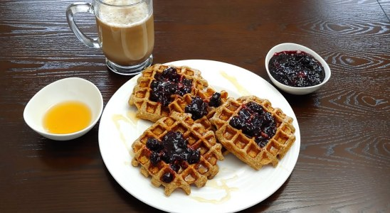 OATMEAL WAFFLES RECIPE WITH HOMEMADE JAM | NO FLOUR, NO SUGAR, NO BUTTER