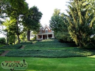 Maison au bout d'une p'tit colline.