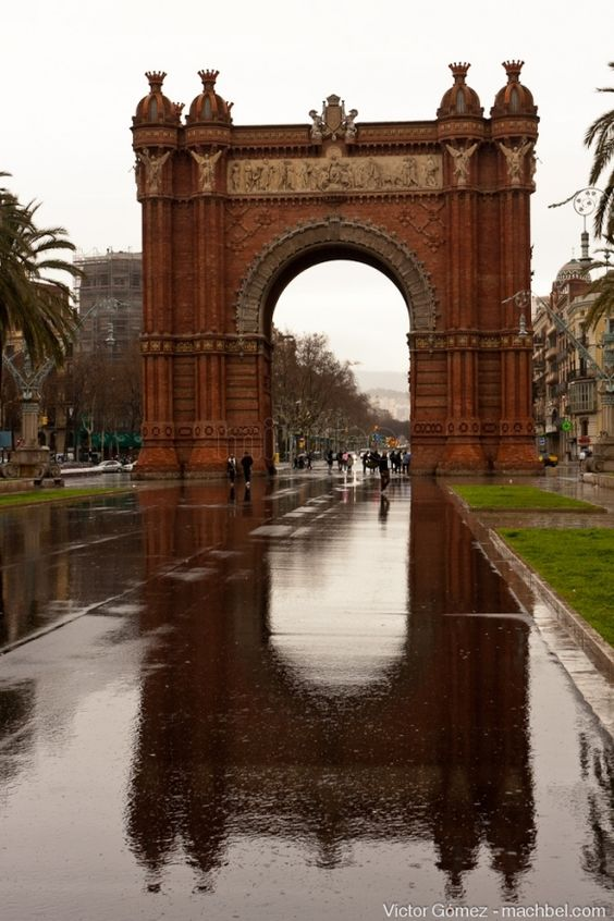 Barcelona by bike - arc triomf