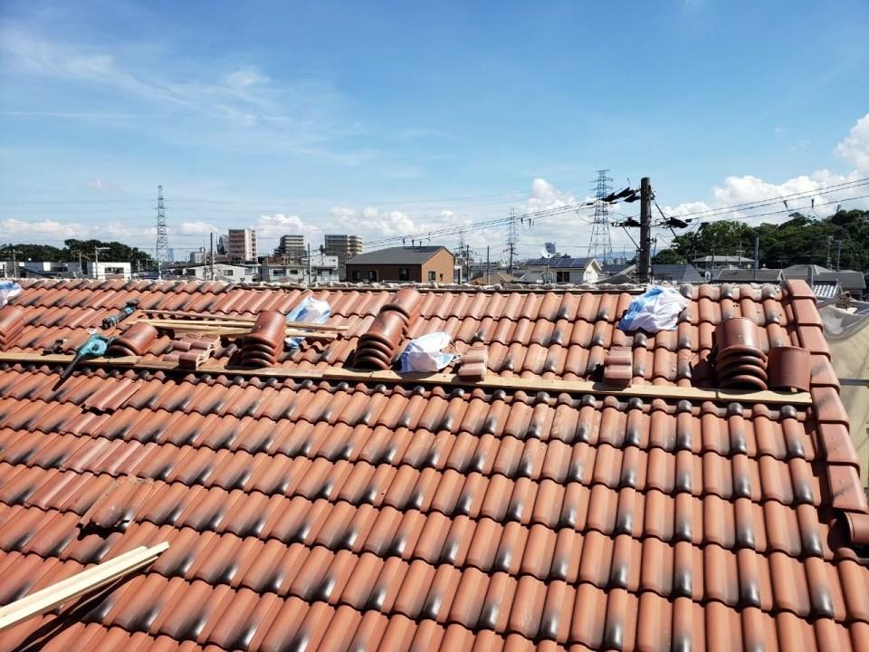 修復中の瓦屋根