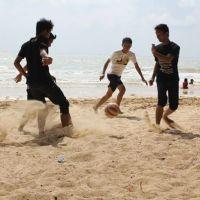 Bermain Bola dan Kelapa Muda, Kombinasi Sempurna Pantai Lombang