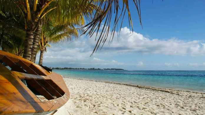 Mauritius - palma - plaża - łódź - błękitne morze