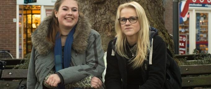 twee dames uit drachten waarvan eentje met een gebroken arm