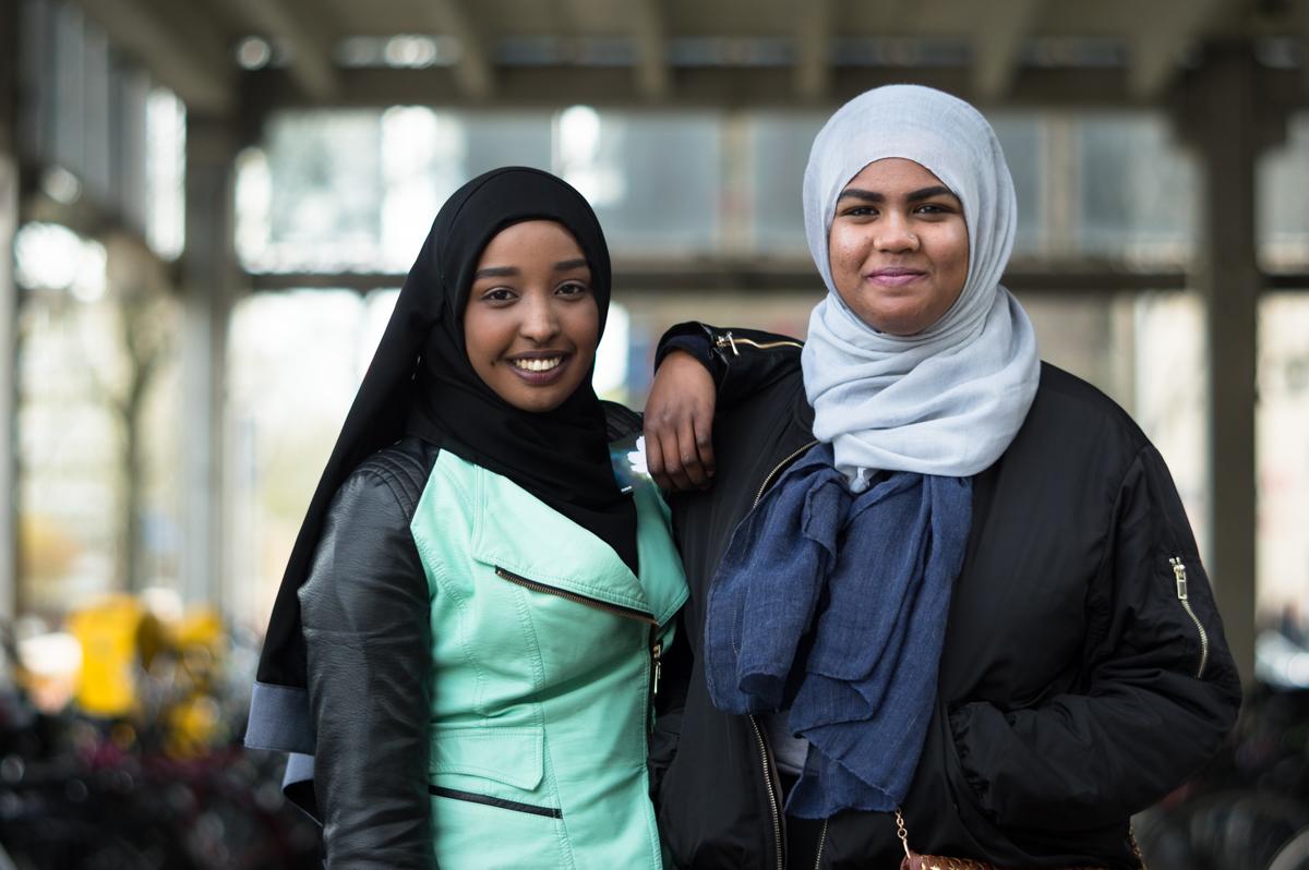 Iza Bela en Ismahan Bolay in het portret van Drachten door Jeffrey Wakanno