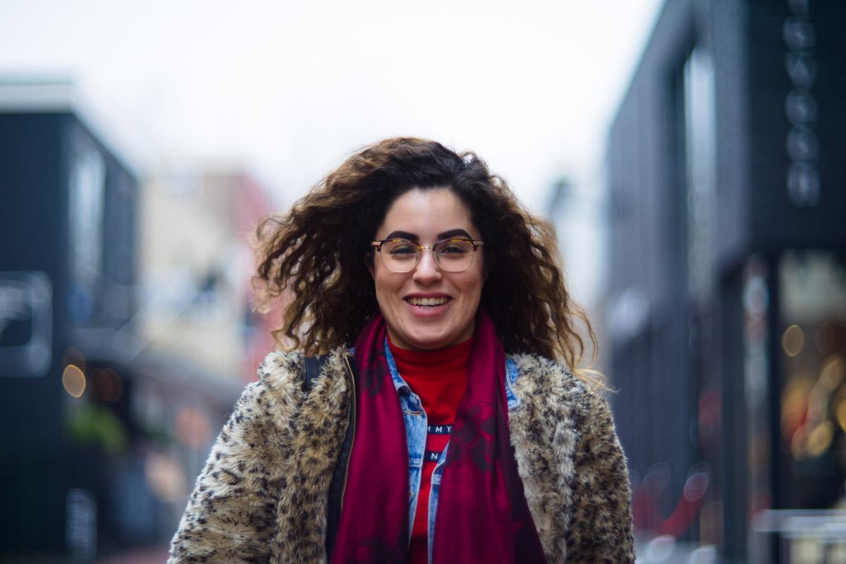 Bouchra uit marokko in het portret van drachten door fotograaf Jeffrey Wakanno