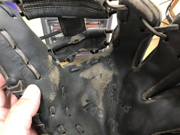 硬式用グラブの受球面が破れても修理すればまだ使えます!
