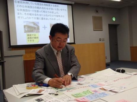 山本先生はグループの意見を書き留めています