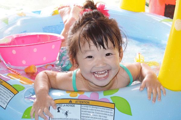赤ちゃんプールで遊んでいる写真