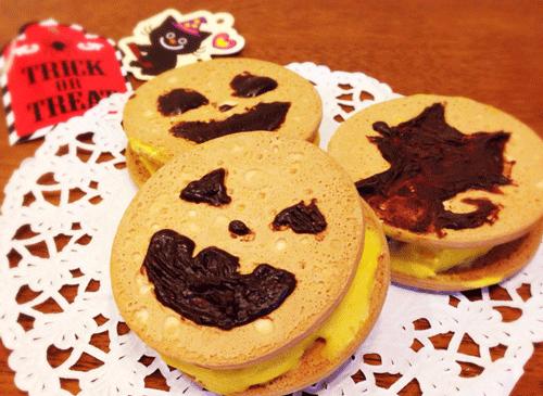 かぼちゃのクッキーにアイスをはさんだ画像