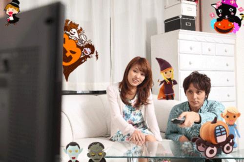 ハロウィンのカップルが部屋でテレビを見る画像