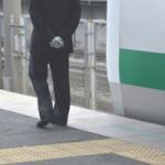 駅員さんと電車の写真