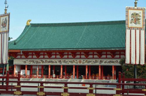 平安神宮が青空の下で綺麗な画像