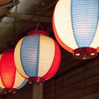 赤と青と白の柄が綺麗な提灯