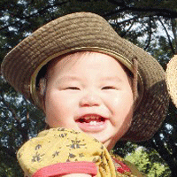 帽子をかぶる赤ちゃんの画像