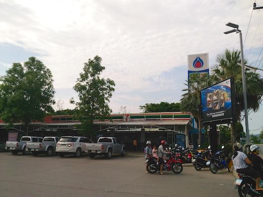 ガソリンスタンド横のセブンイレブン
