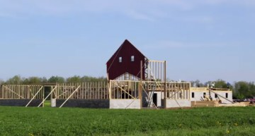 Awe-Inspiring Amish Barn Raising – 3 Minutes and 30 seconds of Amazing Teamwork