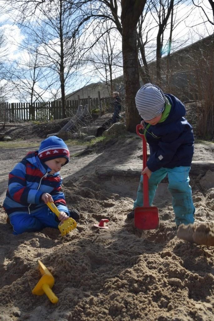 Gemeinsames Spielen in der Sandkiste