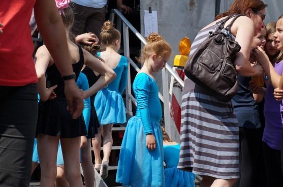 Kinder vor dem Auftritt der Tanzerei Flugfisch ...