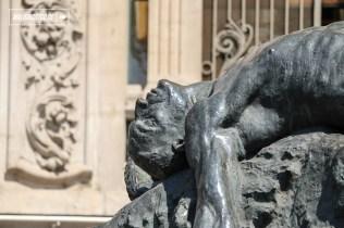 Detalle de la escultura de Ícaro y Dédalo, el mito sobre un padre que le construye alas a su hijo, pero a que a pesar de sus recomendaciones este yace en el mar, mientras ambos escapan de la isla en la que estaban cautivos. Esta obra fue encargada a Rebeca Matte para donarla al gobierno de Brasil, su marido donó esta reproducción original al Museo en 1930.