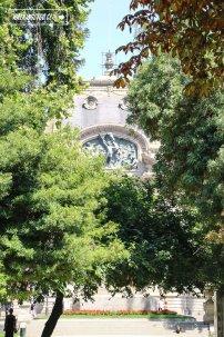 Foto desde el Parque Forestal con vista hacia la fachada superior del Museo Nacional de Bellas Artes, en la imagen se alcanza a ver la Alegoría de Las Bellas Artes (1910), obra del escultor chileno Guillermo Córdova.