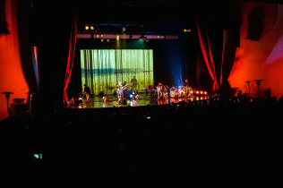 Prehistöricos en vivo en el lanzamiento de su nuevo disco %22La Velocidad de las Plantas%22 en el Teatro Oriente de Santiago11