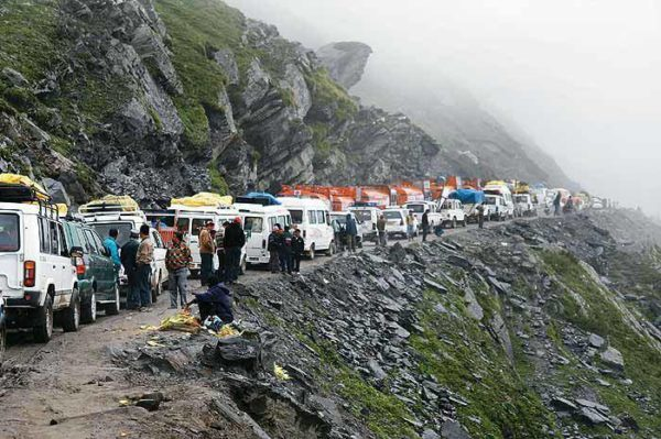 traffic jam in rohtang pass himachal