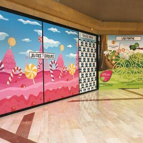 Adhésifs vitrines jeux enfants palissade travaux centre commercial