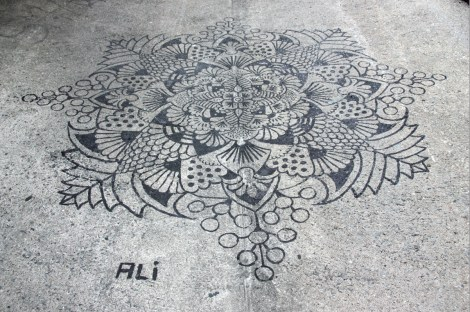 Ali piece on ground in alley between St-Laurent and Clark