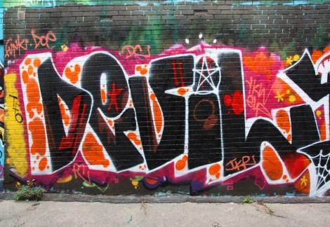 Devil in alley between St-Laurent and Clark