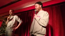 Freestyle Rap, fotat i en mörk bar.