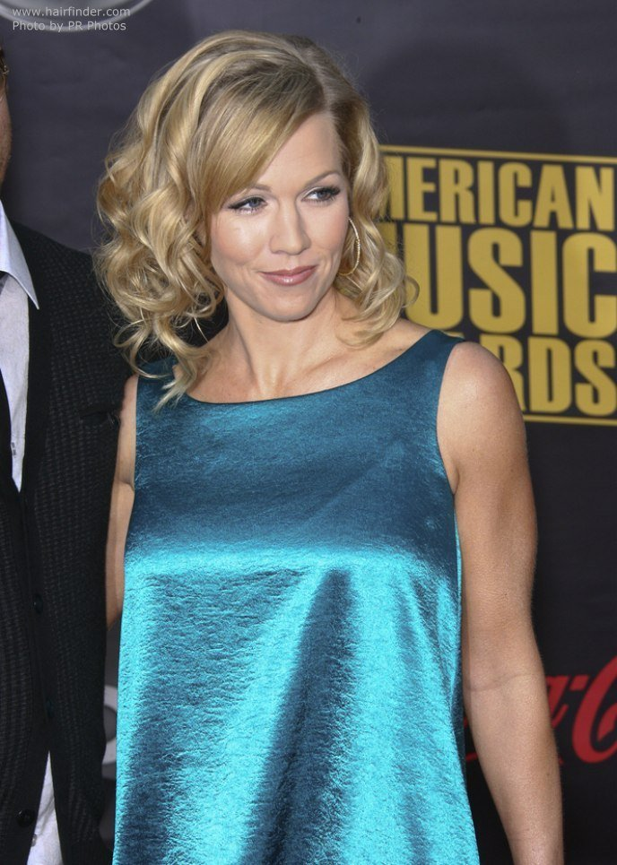 New Jennie Garth Hair Falling To The Shoulders In Curls Ideas With Pictures