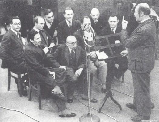 """Alfred Kerr lehrt Walter Mehring und andere in der """"Schulklasse deutscher Dichter"""", wie der Hörfunk funktioniert."""